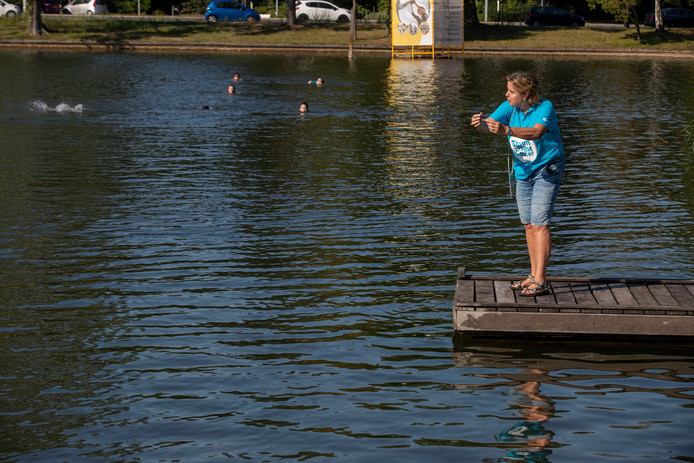 Astrid van den Hoogenband geeft aanwijzingen aan de zwemmers die zich in de IJzeren Man voorbereiden op de Swim to Fight Cancer van 15 september.