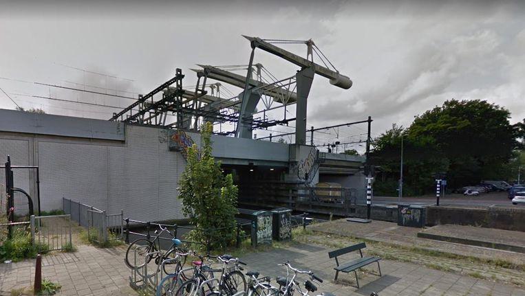 In juni is al een begin gemaakt aan de vernieuwing van de brugbesturing van de eerste ophaalbrug. Beeld Google Streetview