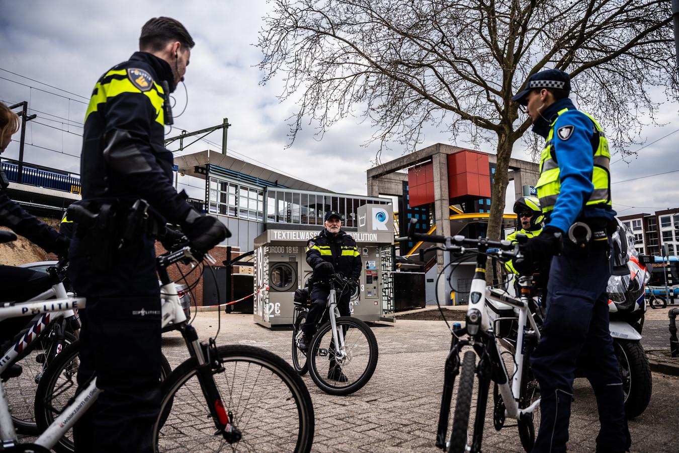 Agenten tijdens een controle in het Spijkerkwartier in Arnhem, waarbij tegen alle mogelijke overtredingen wordt opgetreden, van te hard rijden tot drugsdealen. Archieffoto: Rolf Hensel