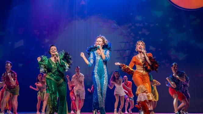 Stadsschouwburg pronkt weer in volle glorie: anderhalf jaar na première schittert cast van MAMMA MIA! weer op het podium