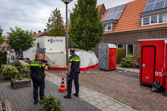 Politie doet onderzoek in de woning aan Zonnebloemstraat in Almelo, waar een 43-jarige man zijn partner Sandra Rozeman om het leven zou hebben gebracht.