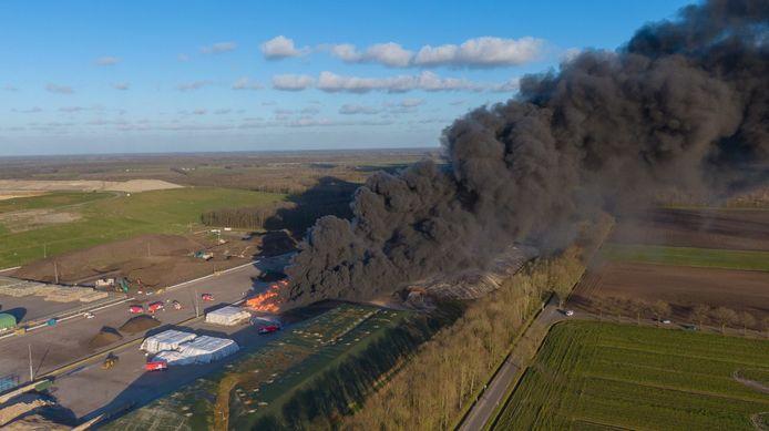 De rookwolken uit Wijster zijn in de wijde omgeving te zien.