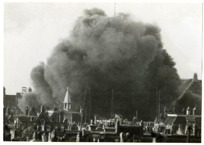 """Een Duits vliegtuig stort brandend neer in de Adelheidstraat. """"IX. 10 Mei 1940. De linkervleugel is neergestort op het Louise de Colignyplein"""""""