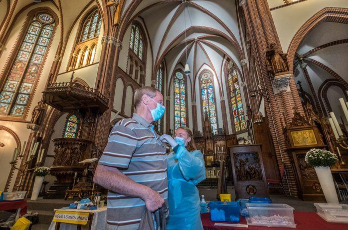 Inwoners van Haps kregen woensdag de griepprik in de kerk.