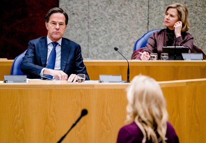Premier Rutte luistert tijdens het coronadebat naar de pleidooien van Kamerleden