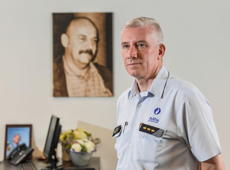 Korpschef Dirk Claes bij de foto van overleden collega Eddy Strijckers. Beeld Joel Hoylaerts / Photo News