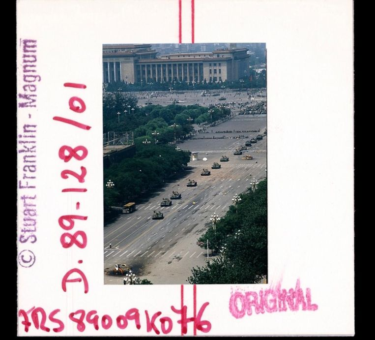 Op de expositie Magnum Contact Sheets in fotografiemuseum Foam zijn iconische foto's te zien naast de contactvellen met broertjes en zusjes die het niet haalden. De opnames van fotograaf Stuart Franklin in deze fotoreeks tonen het Plein van de Hemelse Vrede in Peking op 4 juni 1989, voor en na het moment dat een eenzame man voor een rij tanks staat. Beeld null