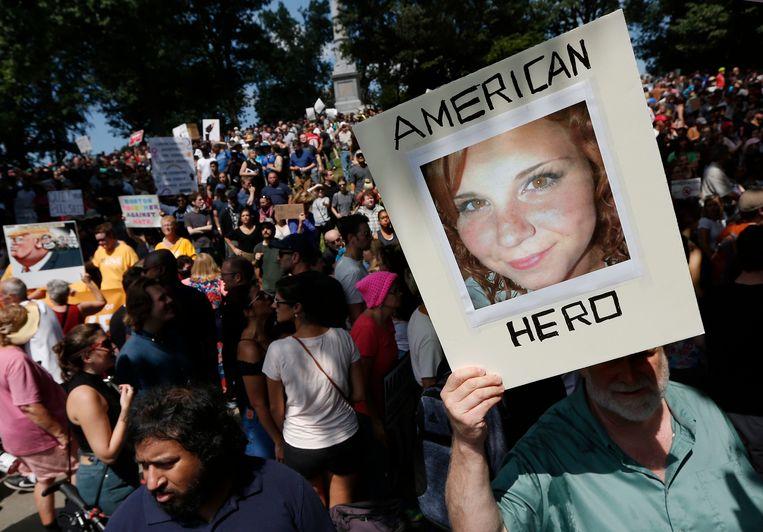 Betogers tijdens een demonstratie voor vrije meningsuiting in Boston. Een van hen heeft een foto van Heather Heyer bij zich, de vrouw die stierf na de aanval door Fields.