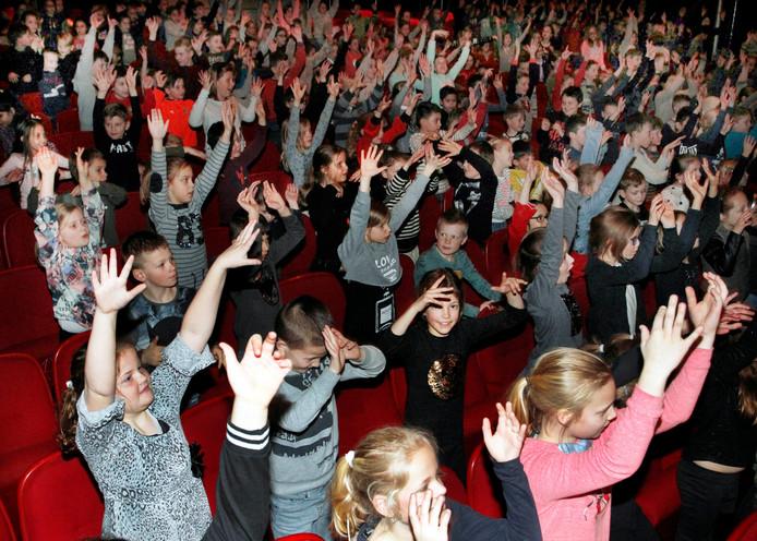 Muziekproject door muziekvereniging Constantia , 400 basissschoolleerlingen in de Nieuwe Nobelaer genoten , niet in het minst van de bevlogen presentatie door Huub hangop.   foto : Gerard van Offeren/Pix4Profs