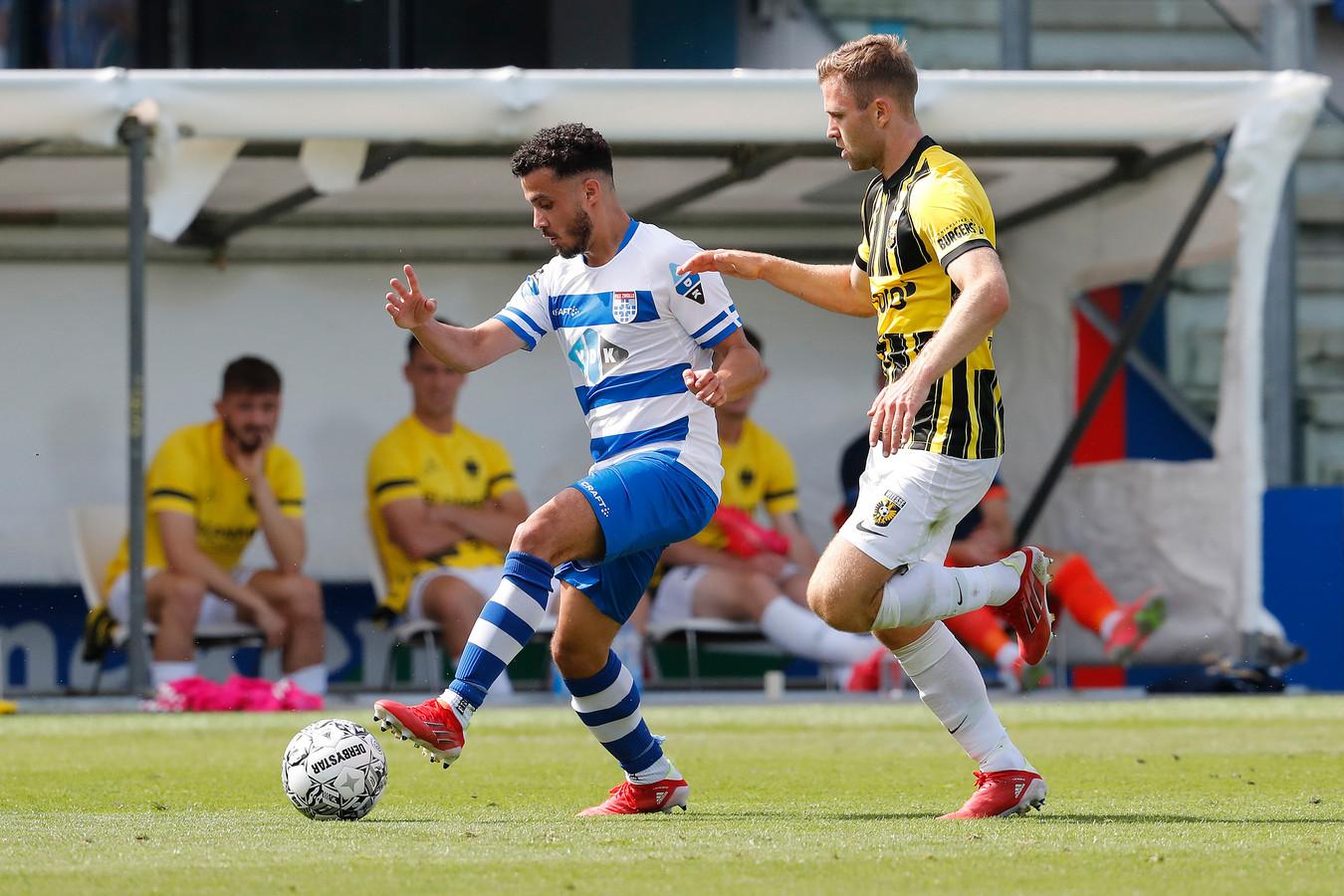 Mustafa Saymak namens PEC Zwolle in duel met Vitesse-speler Sondre Tronstad.