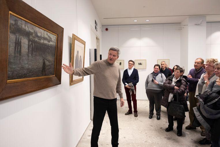 Erwin Joos bij een van de vijftig imponerende werken van Eugeen Van Mieghem.