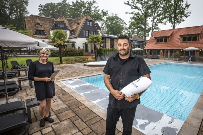 Sauna Huize Holterhof mag net als andere wellness-zaken weer open vanaf zaterdag. Bedrijfsleider Kenneth Vromen  Op de foto met collega bedrijfsleider Tinette Koopman kan z'n geluk niet op.