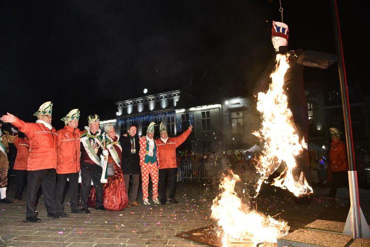 Het traditionele einde van de Bommelsfeesten: de popverbranding.
