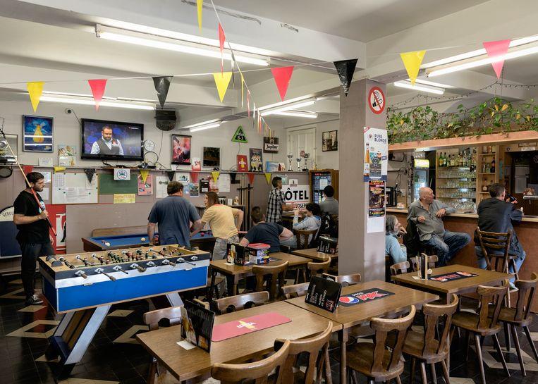 Café Cercle Saint Joseph, waar de pintjes fris zijn en de verhalen nog puur. Beeld Jef Jacobs