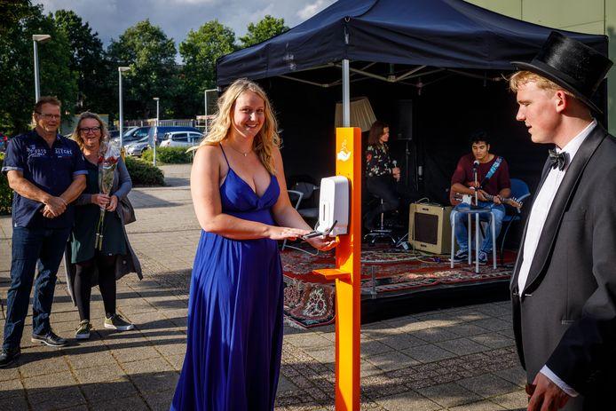 """,,Ik ben toch heel blij dat ze íets hebben georganiseerd"""", zegt Merel Koppers (17) over de diploma-uitreiking van RSG Tromp Meesters in Steenwijk."""