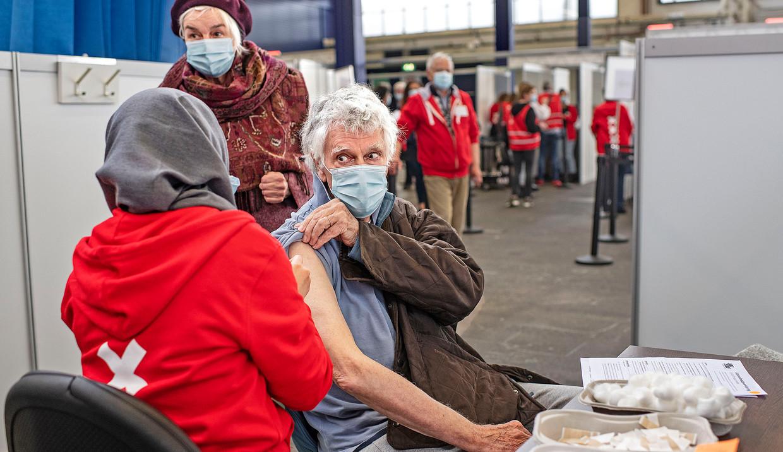 In de RAI in Amsterdam worden nu zeventigers geprikt. Zij krijgen het Pfizer-vaccin. Dat heeft, anders dan het vaccin van AstraZeneca, niet tot problemen geleid. Beeld Foto Guus Dubbelman / de Volkskrant