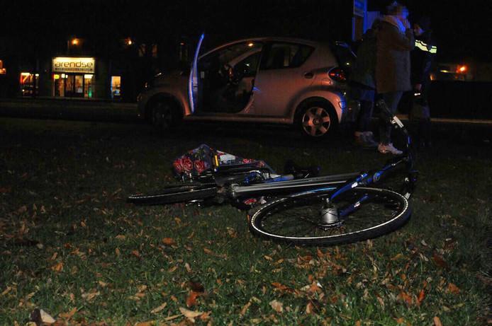 De fietsster is met onbekende verwondingen naar het ziekenhuis gebracht