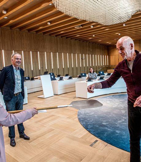 Eikenbladspeldje symbool voor Tilburgse beweging van vertrouwen, 'Hoop op zwaan-kleef-aan-effect'