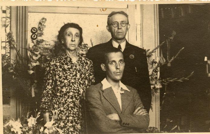 Henk Bastiaans en zijn ouders.