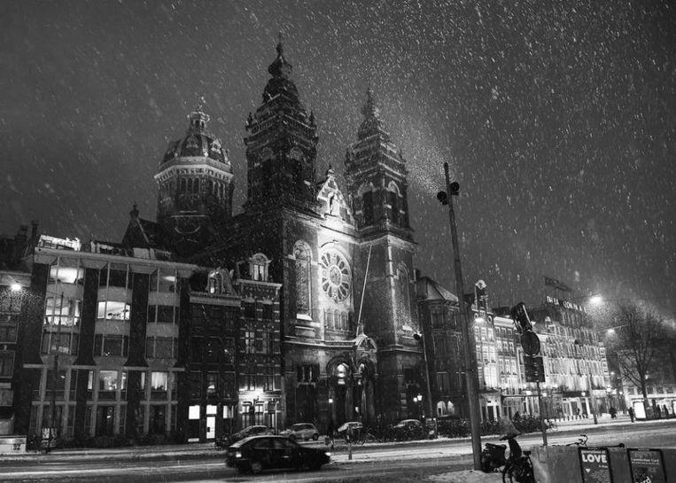 Sint Nicolaas Kerk tegenover het Centraal Station. Foto Jos van Zetten Beeld