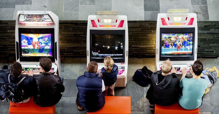Gamers spelen klassieke spellen tijdens de Retro Game Experience in Beeld en Geluid. Beeld anp
