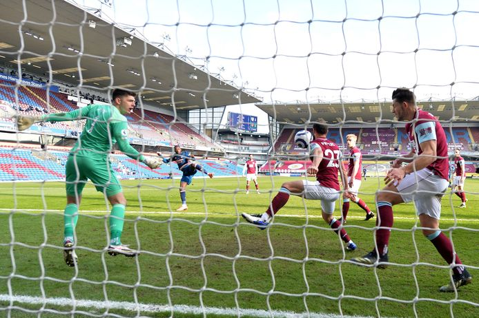 Pieters redt met spectaculaire invalbeurt punt voor Burnley tegen Arsenal.
