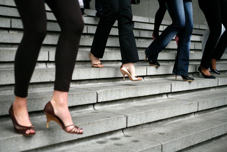 In de VS daalde de verkoop van hoge hakken vorig jaar met 12 procent, terwijl de verkoop van sneakers voor vrouwen is gestegen met 37 procent. Beeld