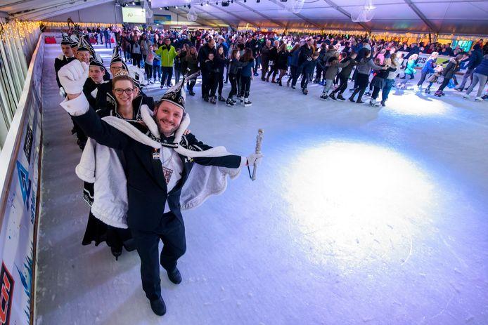 De polonaise op het ijs telde 352 feestvierders: een wereldrecord. Prins Jimmy d'n Urste leidde de gladde polonaise.