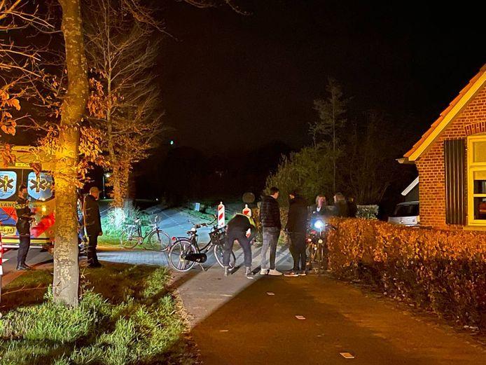 Hulpverlening na de botsing tussen twee fietsers  op het fietspad tussen Lichtenvoorde en Zieuwent.