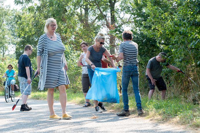 Direct na het uitdelen van de grijpstokken gingen de mensen van Stadsboerderij De Punt in Zierikzee op de weg daarnaast aan de slag.
