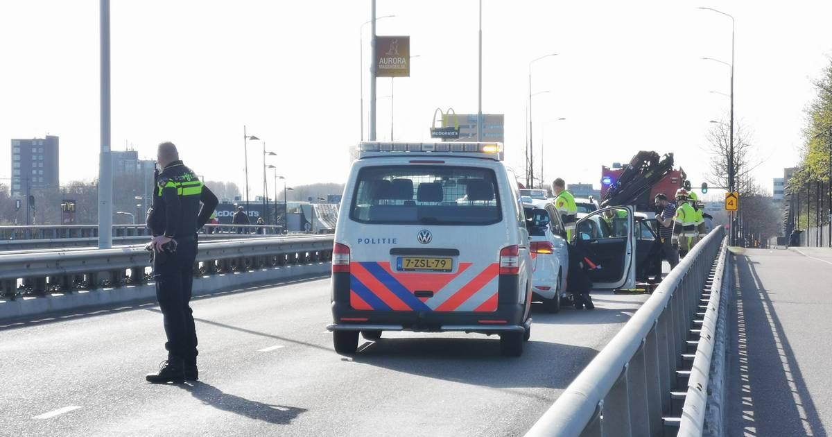 Gewonde door ongeluk in Nijmegen: bijrijdster bekneld in auto door botsing.