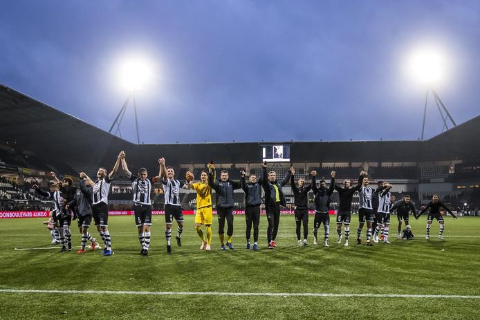 Heracles viert de overwinning op VVV-Venlo met de fans.