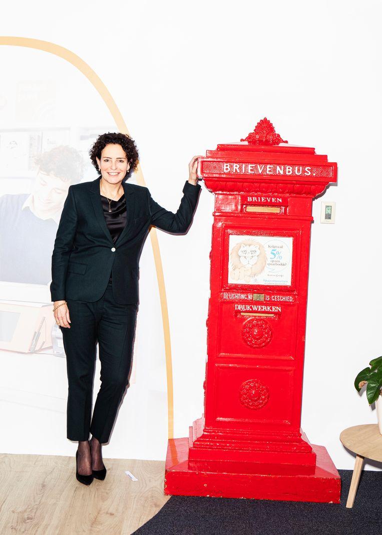 Directeur Mail Resi Becker van PostNL: 'Dat kaartje doet echt wat.'  Beeld Hilde Harshagen