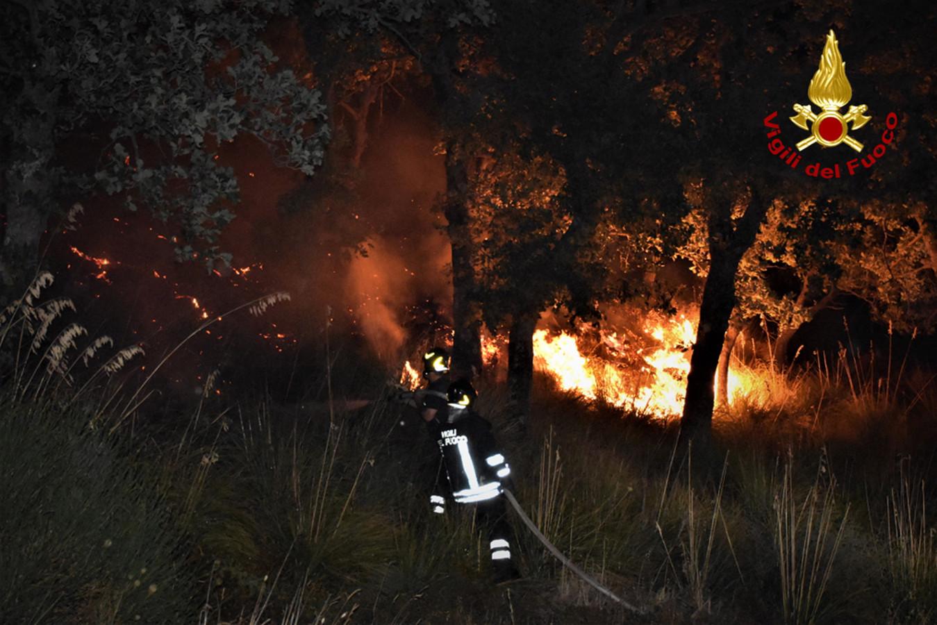 Brandweer bestrijdt het vuur in Sicilië.