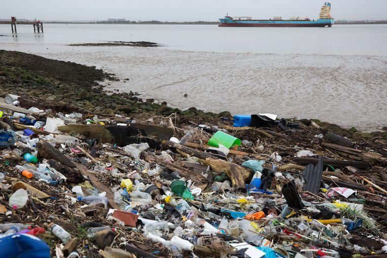 Plasticafval langs de Thames in Kent. Beeld Getty Images