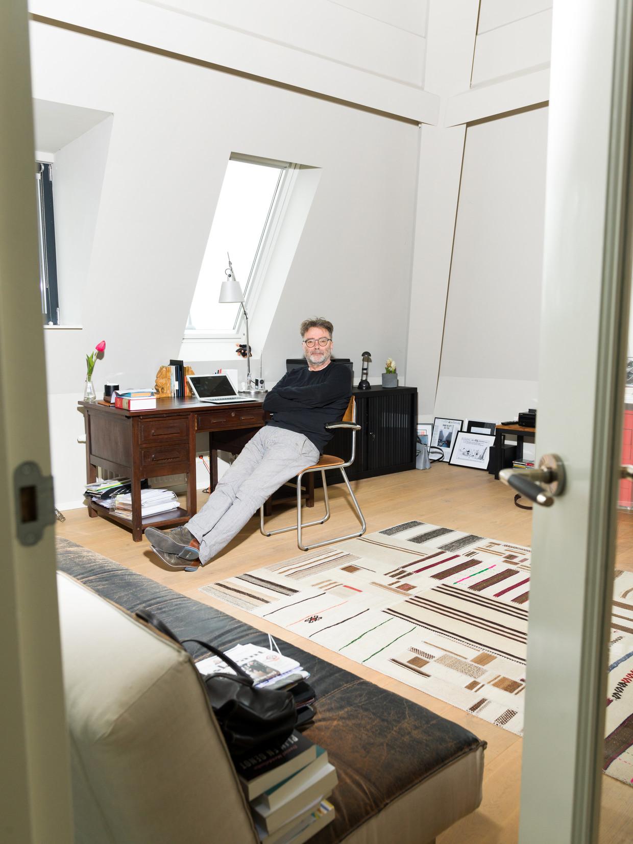 'Er bevinden zich in mijn kamer veel ongerealiseerde plannen, en dat is prettig, het geeft de toekomst perspectief.' Beeld Ivo van der Bent