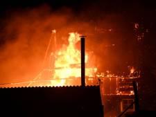 Grote brand in schuur slaat over naar woning in Wemeldinge, bewoners en kamelen in veiligheid gebracht