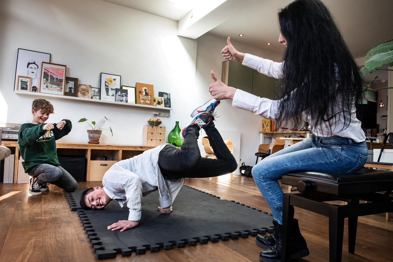 Brugklasser Jacob, die graag aan breakdance doet, met zijn vriend Hente en zijn moeder.