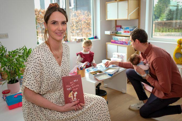 Elle De leeuw met haar boek met Jutta (3j) , en Stella (1m) bij papa Pieter Timmers
