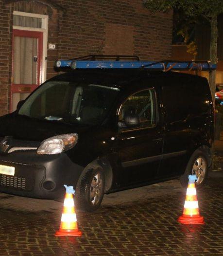 Auto met kogels doorzeefd in Den Bosch: politie doorzoekt nabijgelegen woning