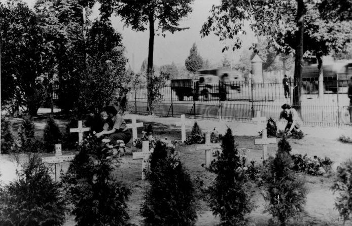 Graven van geallieerde soldaten in de tuin van De Vereeniging in 1945.