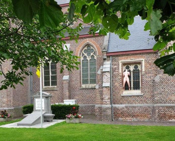 Iemand heeft een opblaaspop aan de Onze-Lieve-Vrouwekerk van Leffinge gehangen.