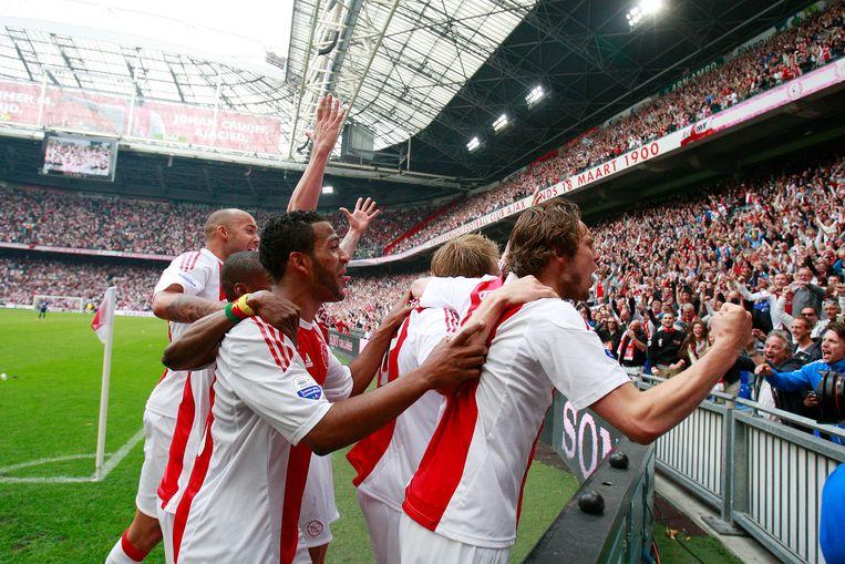 Feest bij Ajax-spelers na het behalen van de landstitel in 2011. Na de kampioenswedstrijd tegen FC Twente werd de Johan Cruijff Arena eindelijk in de armen gesloten door de spelers en de fans.  Beeld Hollandse Hoogte / Fred Rotgans