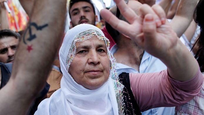 Demonstranten protesteren tegen de Turkse regering in Istanbul na een zelfmoordaanslag niet ver van Kobani, Syrië, waar veel Koerden wonen.