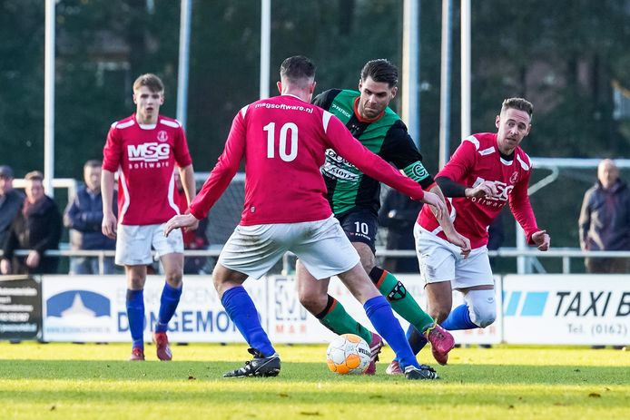 Nick Broeders van RFC (groenzwart tenue) in duel met Dani Langermans van Right 'Oh (rugnummer 10).