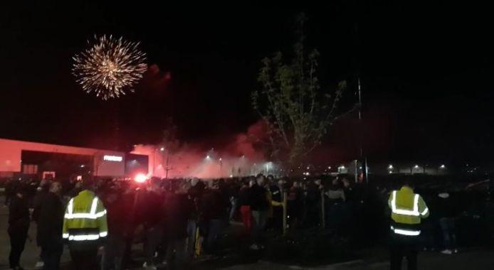 Vuurwerk en veel sfeer onder de supporters, die wachten op de ploeg die vanuit Rotterdam terugrijdt naar Deventer.