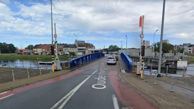 Bestuurder rijdt tegen brug aan Oesterbank en blaast positief
