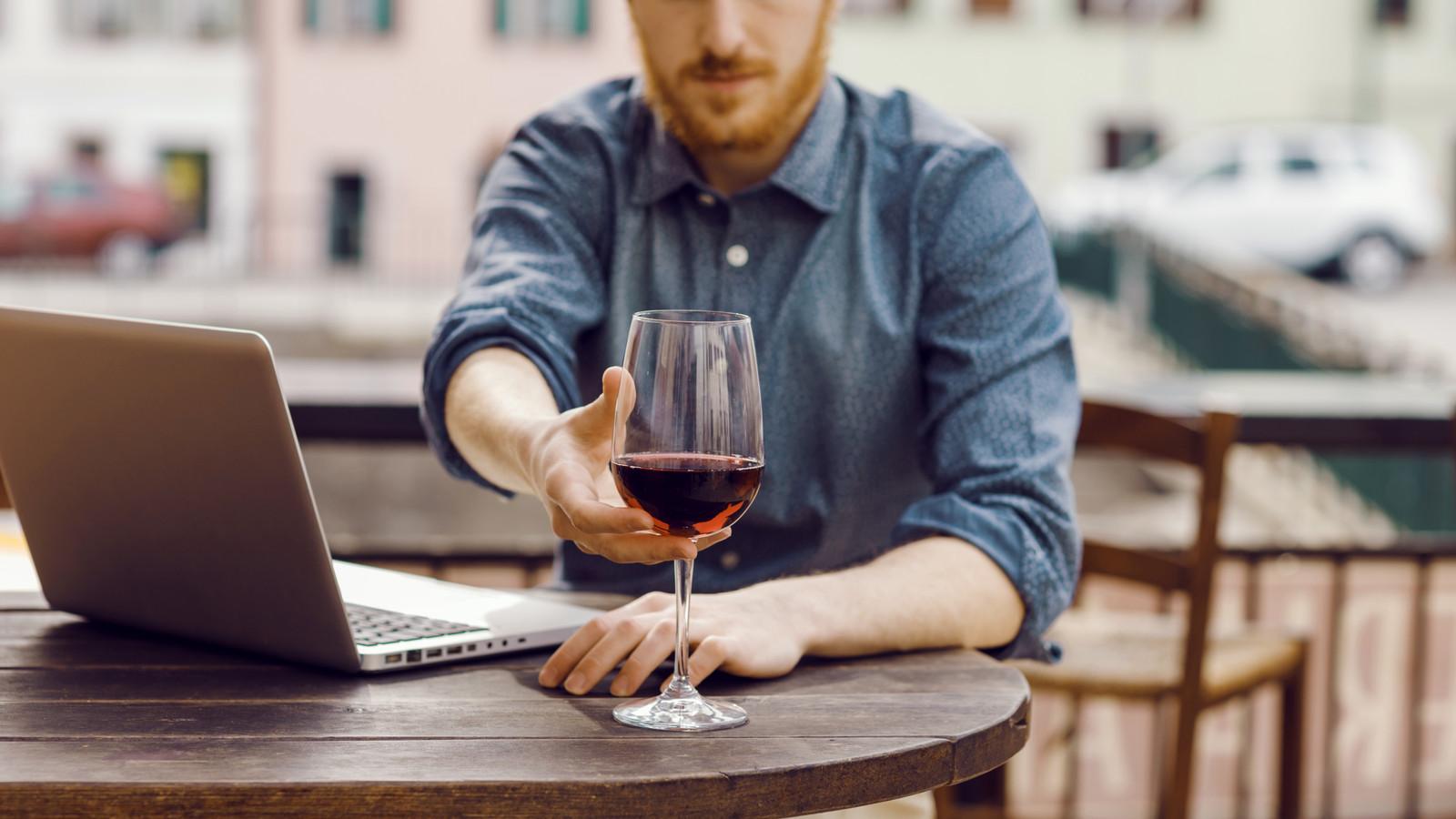 Wijn proeven achter je laptop: het is heel gewoon geworden het afgelopen jaar.