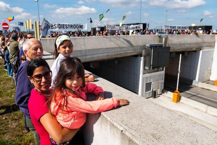 Actievoerders aan het tunneldak op de Krijgsbaan, aan het einde van de startbaan.