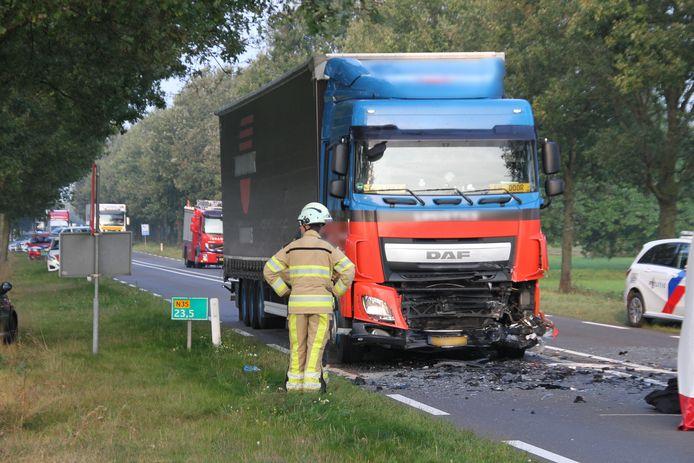 De ravage op de N35 nadat een bestuurder van een personenauto op een vrachtwagen is gebotst.